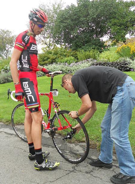 Alessandro Ballan getting mechanical assistance