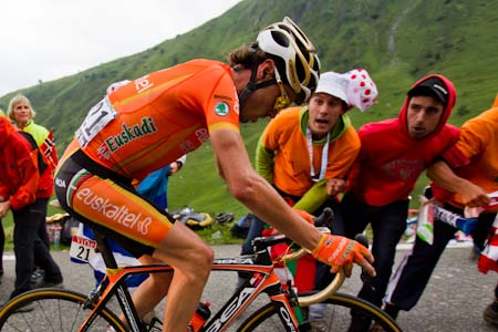 TDF Samuel Sanchez makes his way through the thousands of fans to win on Luz -Ardiden